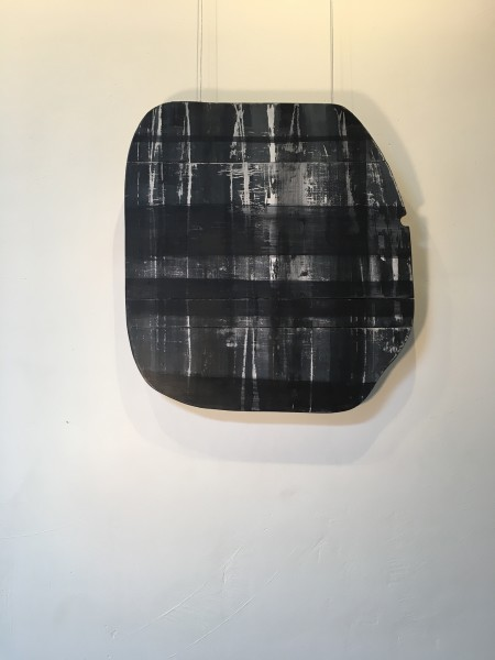 Wood shape with horizontal and vertical lines in dark blue