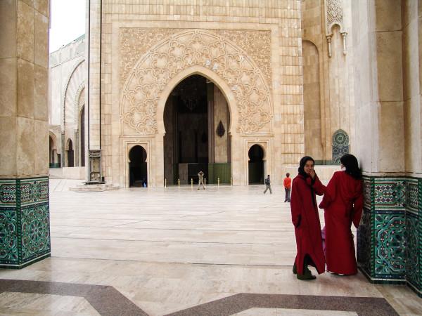 Mezquita y Niñas de Rojo