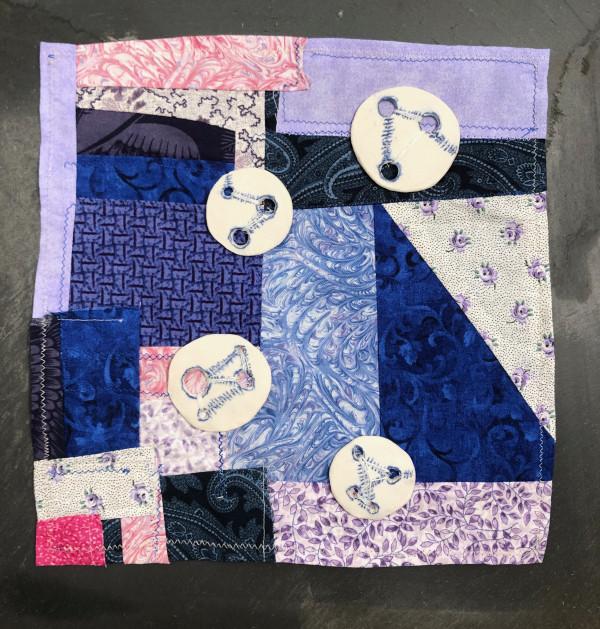 Journal square quarantine crasy quilt #6 - Courte pointe restant de masques #6 avec 4 boutons  constellations by Eve K. Tremblay