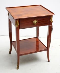 法国桃花心木侧桌与抽屉和ormolu坐骑,19个