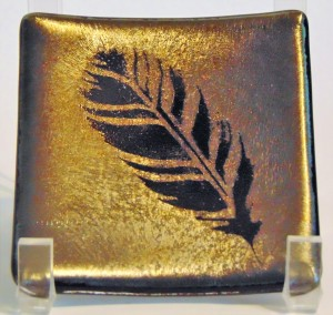 Small plate with feather on gold/silver irid