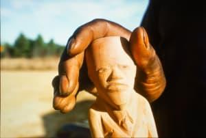 由Luster Willis雕刻的雪松手杖头,水晶泉,密西西比州,1976年