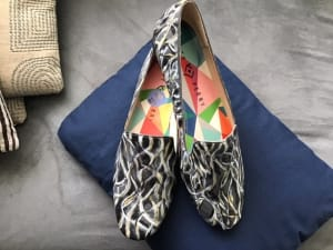 Art On Shoes Series/Collection/designs(Swirls of black, silver and gold