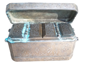 亚洲槟榔盒银色设计与3个内部隔间